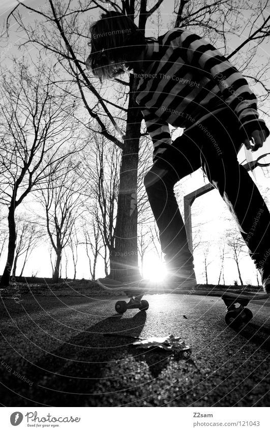 KONZENTRATION III Konzentration fahren Skateboarding Zufahrtsstraße Teer Geschwindigkeit Sport Aktion gestreift Stil Jugendliche lässig Knie Baum Basketballkorb