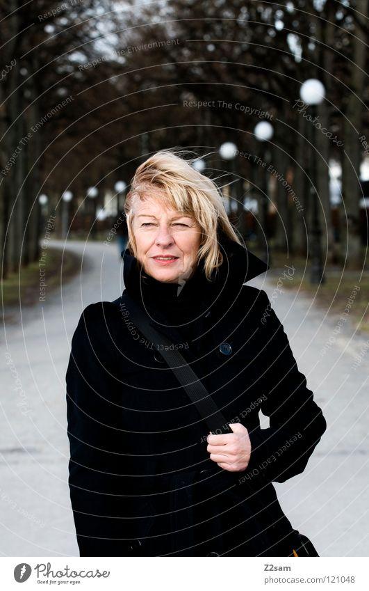 walk Frau Mensch alt grün Winter Straße kalt Erholung feminin Haare & Frisuren Wege & Pfade blond gehen Wind Porträt laufen