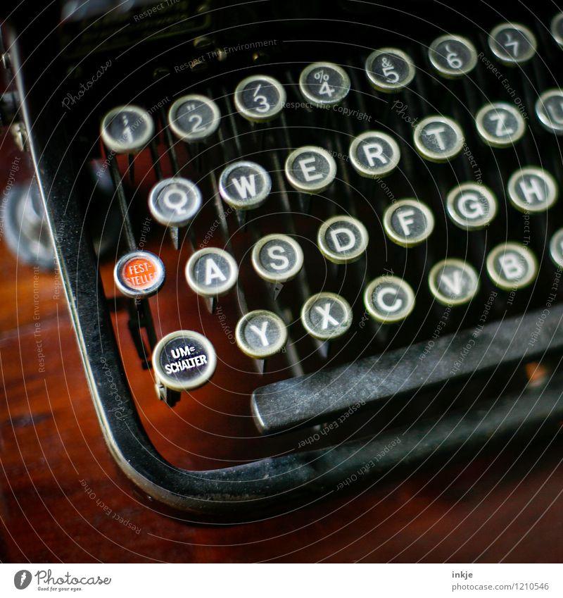 Return (oldschool) Lifestyle Bildung Büroarbeit Ruhestand Sammlerstück Schreibmaschine Tastatur Taste analog Schalter Zeichen Schriftzeichen Ziffern & Zahlen