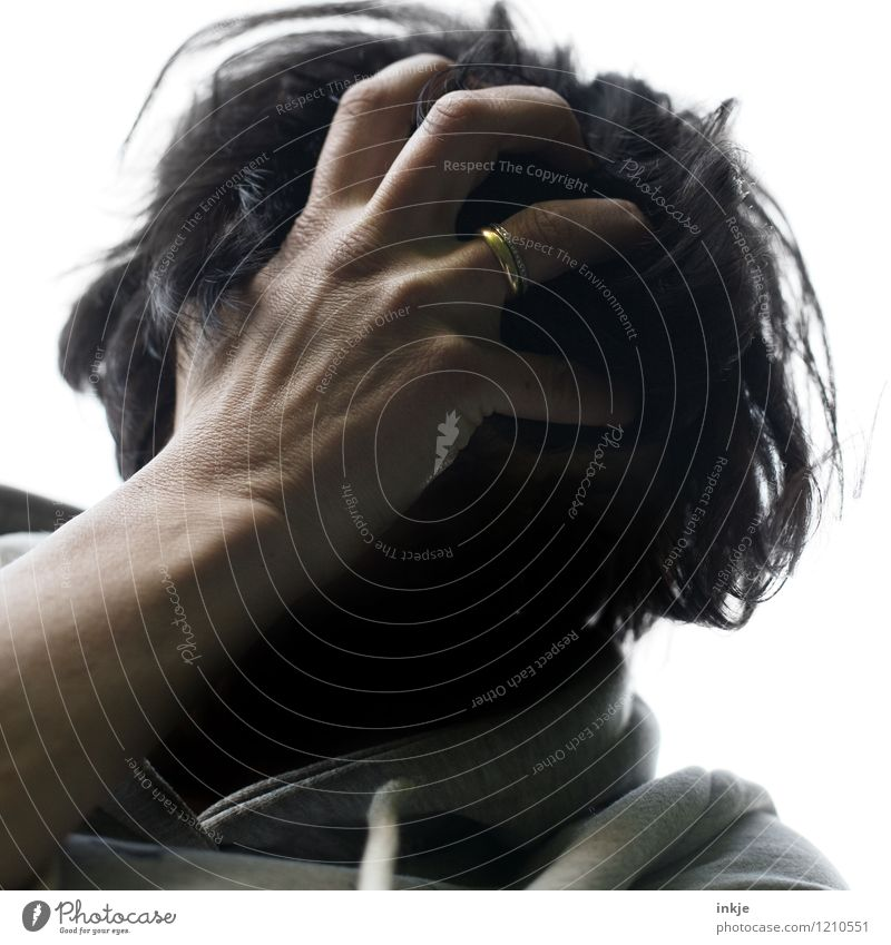 nicht mein Tag Lifestyle Frau Erwachsene Partner Leben Kopf Haare & Frisuren Hand 1 Mensch Ring Ehering schwarzhaarig kurzhaarig Wuschelkopf Gefühle Traurigkeit