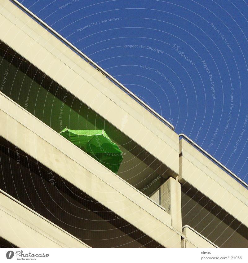 Sommer im Winter Balkon Sonnenschirm grün Beton Wohnung abhärten Fröhlichkeit verrückt diagonal Farbfleck Haus Hochhaus Stadthaus Unterhaltungselektronik