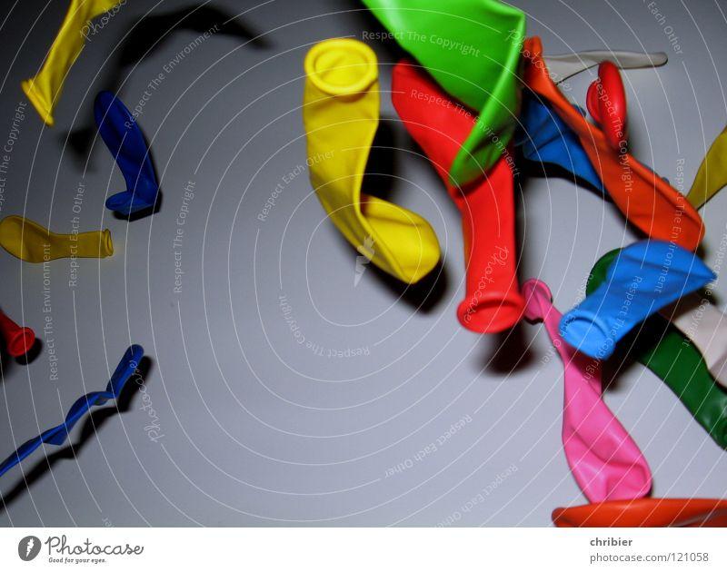 Ballonflug grün blau rot Freude gelb Party Spielen Freiheit Feste & Feiern rosa Geburtstag fliegen leer Luftverkehr Luftballon blasen