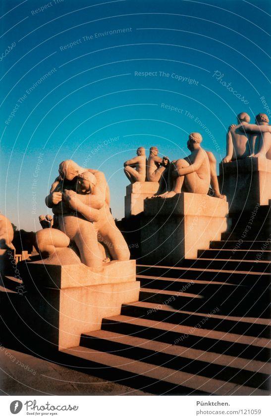 Menschenskulpturen Himmel blau Ferien & Urlaub & Reisen Stein Beine Kunst Arme Europa Treppe Denkmal Skulptur Wahrzeichen Norwegen