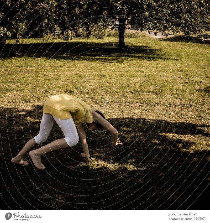 Turnübungen an einem heißen Tag... Mensch Kind Jugendliche grün weiß Mädchen gelb Wiese Bewegung feminin Sport Spielen Beine braun Körper gold