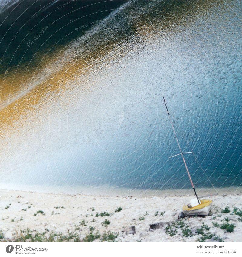 Boot am Bergsee Wasser blau Strand Ferien & Urlaub & Reisen ruhig Einsamkeit gelb Farbe Freiheit träumen See Landschaft Wasserfahrzeug Küste Zukunft Pause