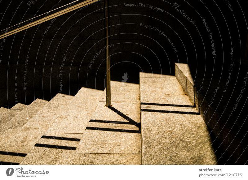 Beleuchtete Treppenstufen mit Schatten des Geländers Wege & Pfade Stein Metall Linie rennen gehen eckig hell grau schwarz Sicherheit Einsamkeit zielstrebig