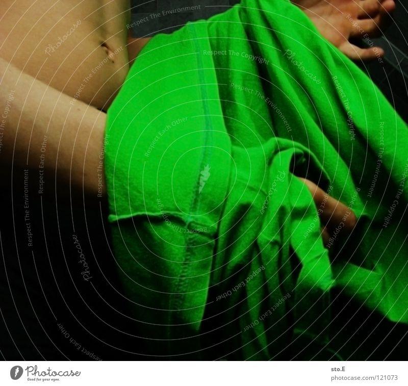to undress Kerl Mann Körperhaltung entkleiden T-Shirt Bad dunkel grün schwarz Hand Schatten verdunkeln Falte Bauchnabel Quadrat zugeschnitten Jugendliche Mensch