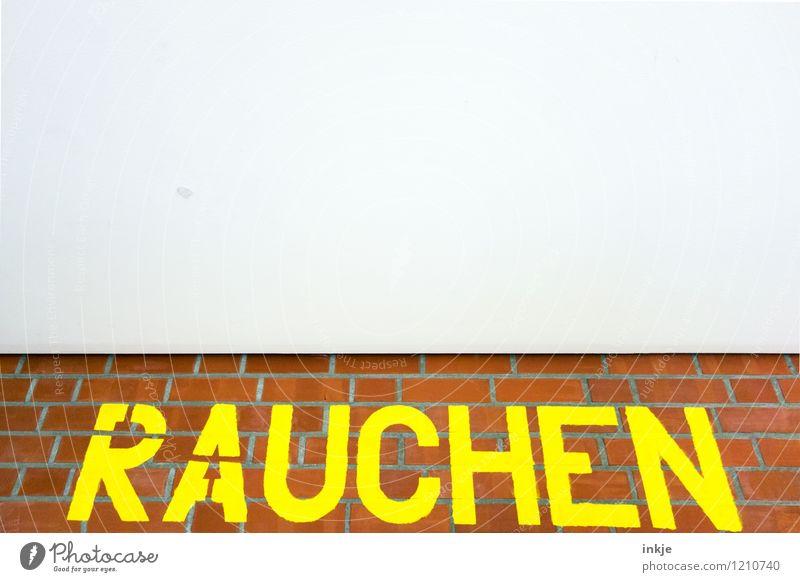 ! Menschenleer Mauer Wand Fassade Decke Backstein Schriftzeichen Schilder & Markierungen Hinweisschild Warnschild groß gelb Sucht Verbote Rauchen