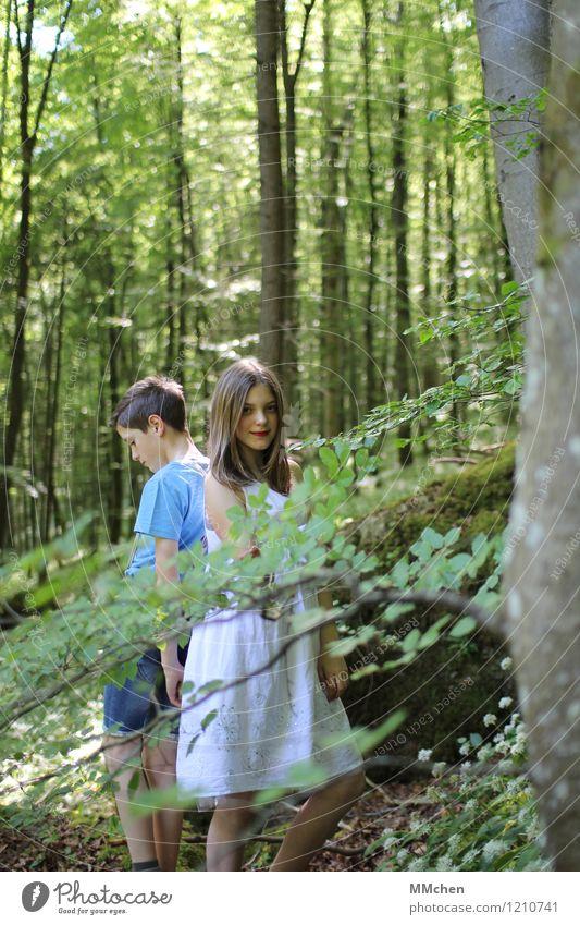 Duo Mädchen Junge Geschwister Bruder Schwester Kindheit 2 Mensch 8-13 Jahre Natur Sommer Schönes Wetter Baum Wald Felsen Berge u. Gebirge Denken Lächeln stehen