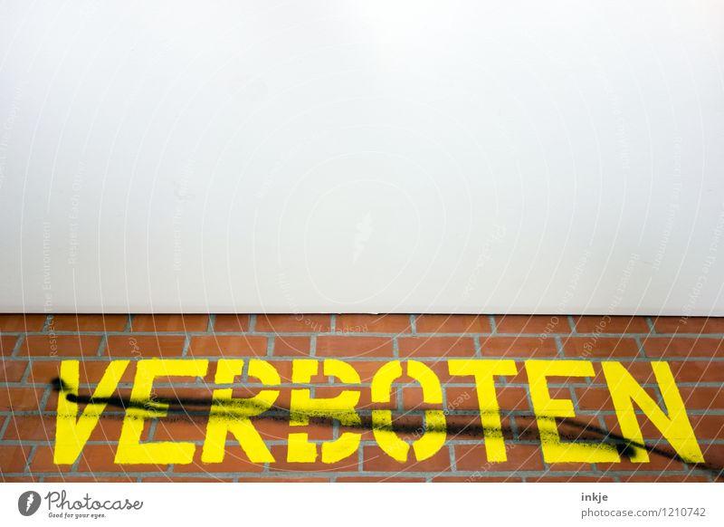 Was denn nu? gelb Wand Graffiti Gefühle Mauer Lifestyle Stimmung Linie Schilder & Markierungen Schriftzeichen groß Hinweisschild Backstein Decke gegen Verbote