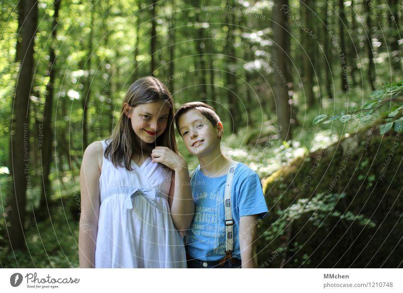 Charming maskulin feminin Mädchen Junge Geschwister Kindheit 2 Mensch 8-13 Jahre Natur Sommer Schönes Wetter Baum Wald leuchten warten natürlich rebellisch grün