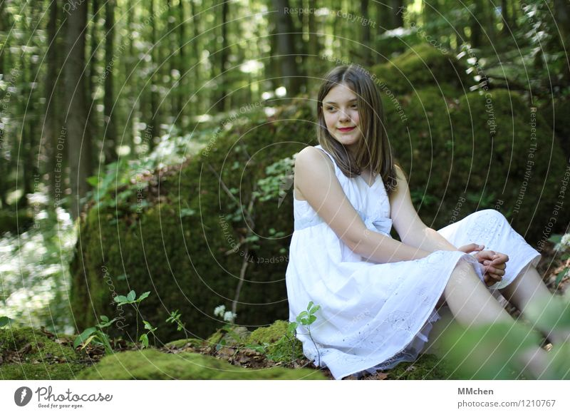 Worauf warte ich eigentlich? Ausflug Abenteuer Mädchen Kindheit 1 Mensch 8-13 Jahre Natur Wald Felsen Kleid beobachten Erholung sitzen warten schön grün weiß