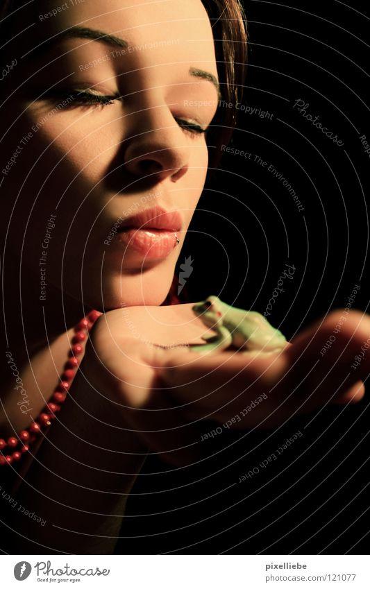 Froschkönig Frau Erwachsene Liebe dunkel Paar Mund Romantik Lippen Küssen fantastisch Frosch Kette Märchen Zärtlichkeiten Kussmund Tierliebe