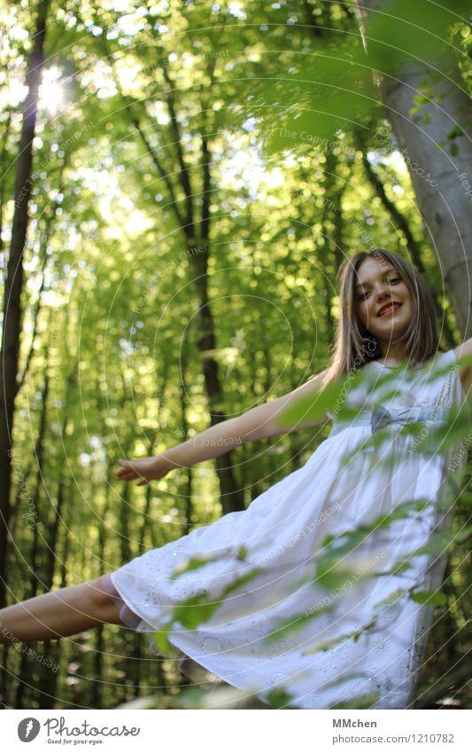 Balance Freude Wohlgefühl Spielen Ausflug Freiheit feminin Mädchen 8-13 Jahre Kind Kindheit Natur Sonne Sommer Wald Kleid drehen Erholung fliegen träumen