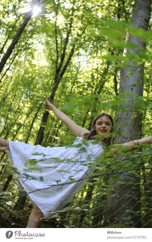 *rechts*links*oben*unten* Mädchen 8-13 Jahre Kind Kindheit Natur Sommer Baum Wald Lächeln leuchten Blick stehen frech Glück schön sportlich grün weiß Freude