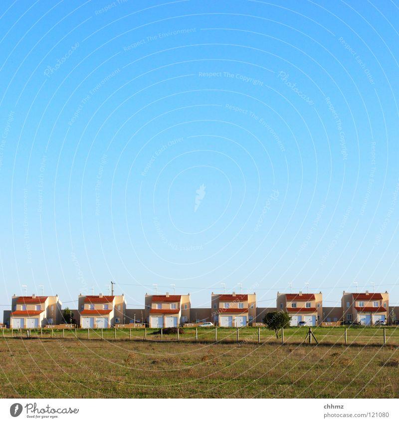 Häuser in Reihe Himmel Haus Wiese Gebäude Feld Horizont Ordnung Aussicht Dorf Zaun 6 Lücke gleich horizontal Wohnsiedlung