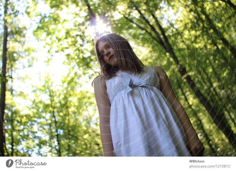 Nanuuu? Kind Natur grün Sommer weiß Sonne Baum ruhig Mädchen Wald Kindheit stehen beobachten Abenteuer Neugier Kleid