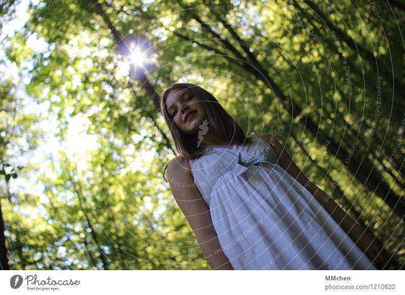 *bling* Stil Kind Mädchen 1 Mensch 8-13 Jahre Kindheit Natur Sommer Schönes Wetter Baum Wald Kleid beobachten glänzend Lächeln Blick stehen leuchten