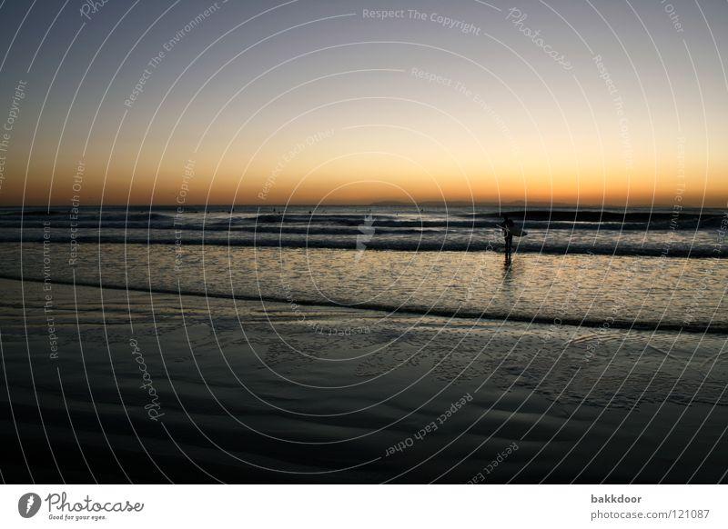 Strandabend Sonnenuntergang Surfer Surfbrett Wellen Meer Einsamkeit Romantik angenehm Außenaufnahme Landschaft Spielen Los Angeles Wasser Himmel Abend Wärme