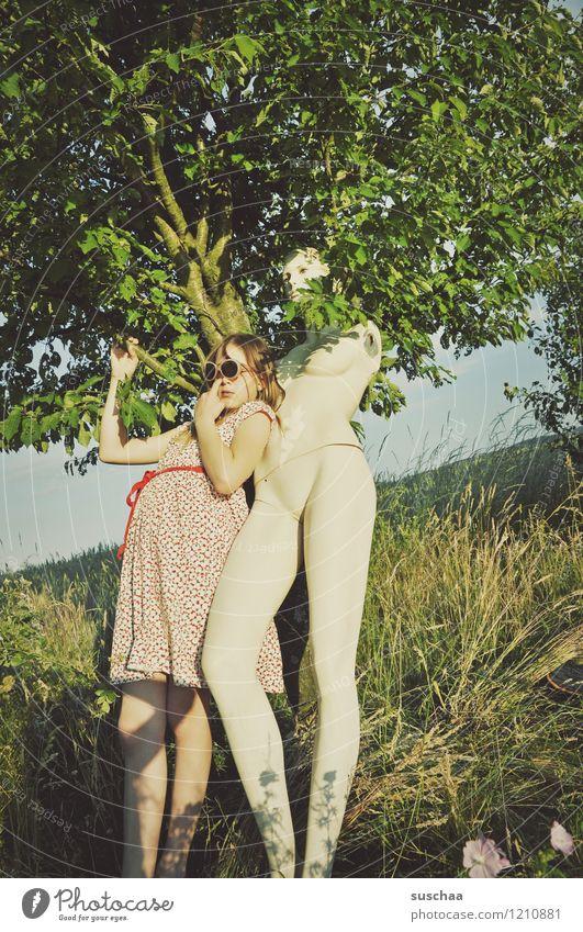 die puppe ..... Außenaufnahme Natur Baum Gras Sommer Schaufensterpuppe nackt keine arme Kind Kleid Sonnenbrille Kindheit Verspieltheit skurril seltsam lustig