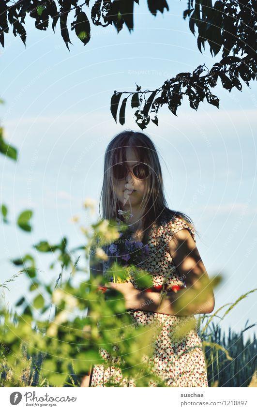 im schatten Kind Mädchen Gesicht Sonnenbrille dunkel Schatten Außenaufnahme Sommer Wärme Ast Blatt Sonnenlicht Himmel