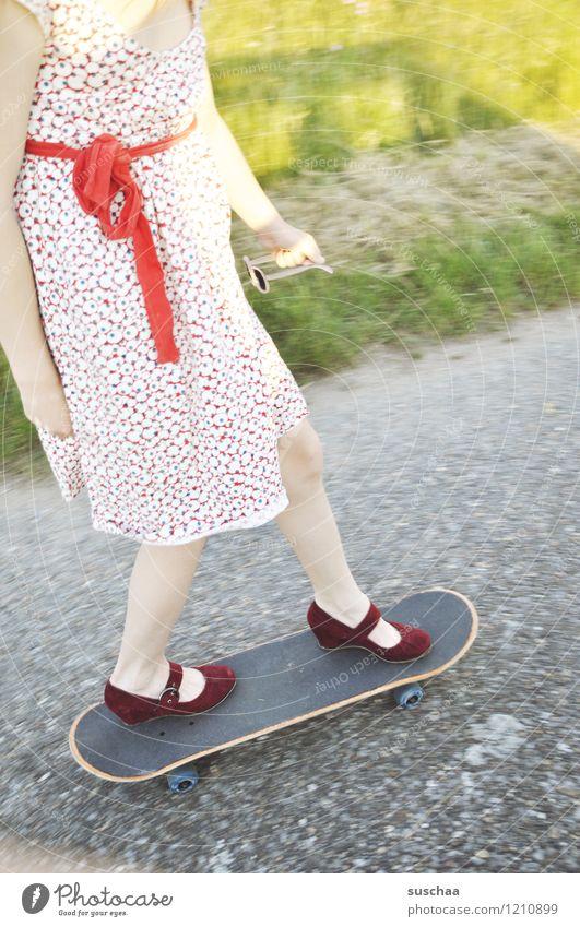 skaten Straße Wege & Pfade Asphalt Wegrand Kind Mädchen Kleid Schleife Schuhe Beine Fuß Skateboarding fahren Sommer Mut gefährlich skurril seltsam Damenschuhe