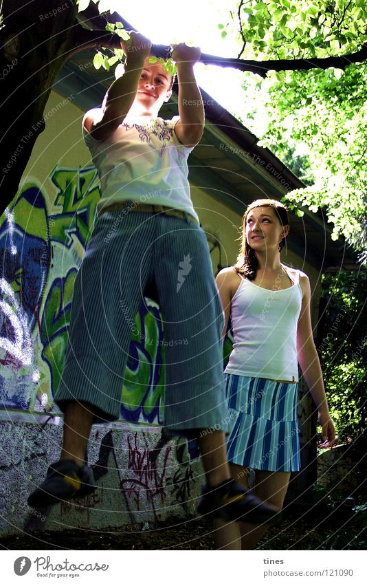 mal eben so... Krafttraining Park Freizeit & Hobby Langeweile Bewunderung Sonnenstrahlen Graffiti Wandmalereien blau Farbe Momentaufnahme