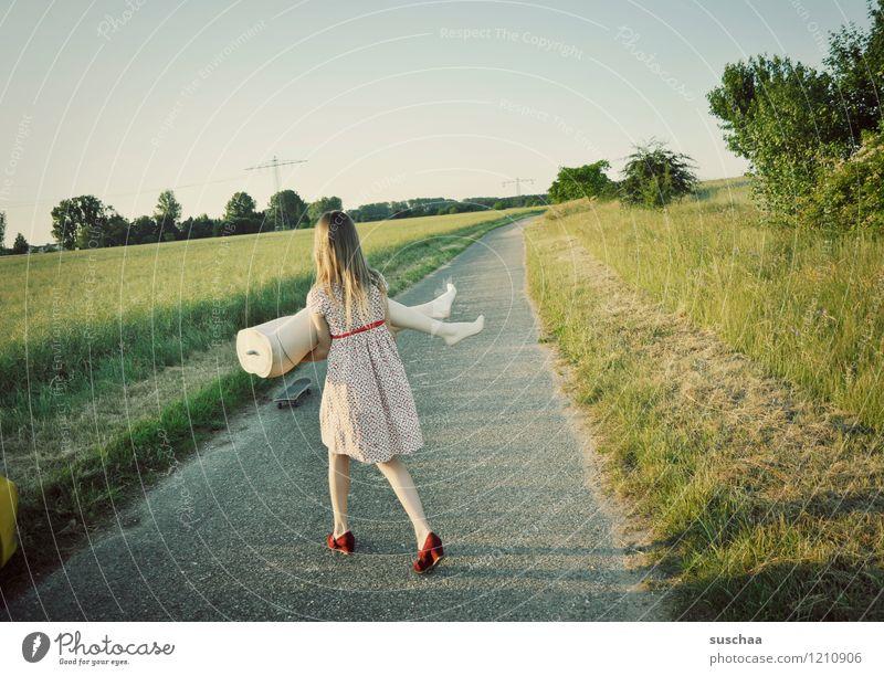 pause ist beendet .. Natur Außenaufnahme Sommer Wege & Pfade Gras Kind Mädchen Kleid Schaufensterpuppe Beine Unterleib heben tragen junges Mädchen Kindheit