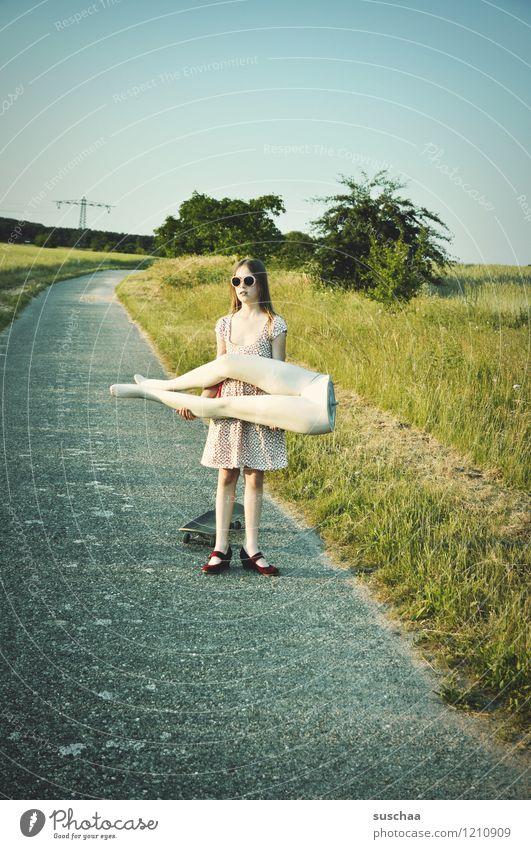 pause ist beendet .. Natur Außenaufnahme Sommer Wege & Pfade Gras Kind Mädchen Kleid Schaufensterpuppe Beine Unterleib heben tragen Kindheit Kindererziehung