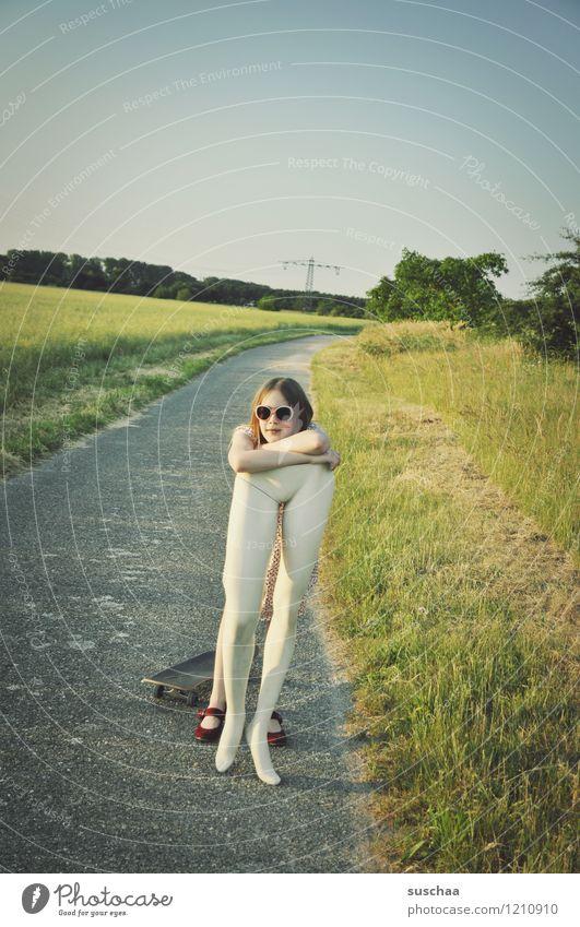 pause .... Kind Natur Mädchen Gras Wege & Pfade Beine Pause Sonnenbrille Skateboard ausruhend Schaufensterpuppe abstützen Unterleib