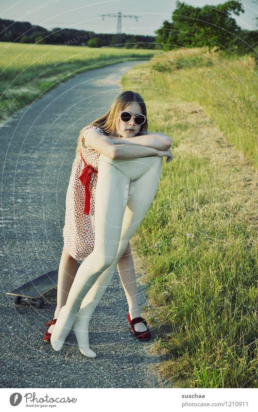 pause ... Natur Außenaufnahme Sommer Wege & Pfade Gras Kind Mädchen Kleid Sonnenbrille Schaufensterpuppe Beine Unterleib heben tragen Kindheit Kindererziehung