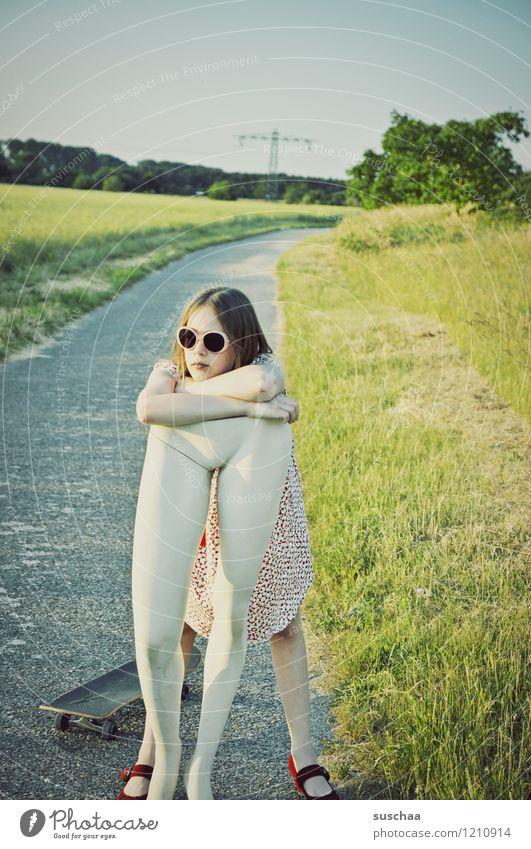 pause Natur Außenaufnahme Sommer Wege & Pfade Gras Kind Mädchen Kleid Sonnenbrille Schaufensterpuppe Beine Unterleib heben tragen Kindheit Erziehung skurril