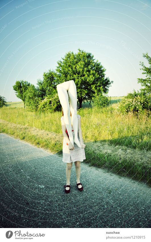 kind mit unterteil einer modepuppe in der natur Natur Außenaufnahme Sommer Wege & Pfade Gras Kind Mädchen Kleid Schaufensterpuppe Beine Unterleib heben tragen