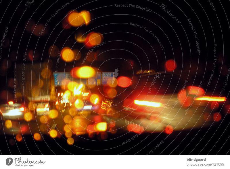 Rotlicht-Verkehr Wasser weiß rot Ferien & Urlaub & Reisen gelb Straße Lampe dunkel Bewegung grau PKW Regen Linie hell Wassertropfen Verkehr