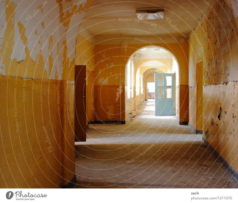 Flurwoche alt Haus Fenster gelb Wand Mauer Raum Häusliches Leben Tür Vergänglichkeit kaputt historisch Vergangenheit Verfall Ruine Zerstörung