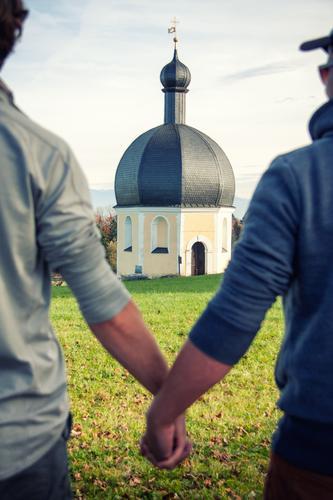 Mann + Mann Mensch Jugendliche Junger Mann 18-30 Jahre Erwachsene Liebe Religion & Glaube Zusammensein maskulin paarweise Kirche Hochzeit Liebespaar