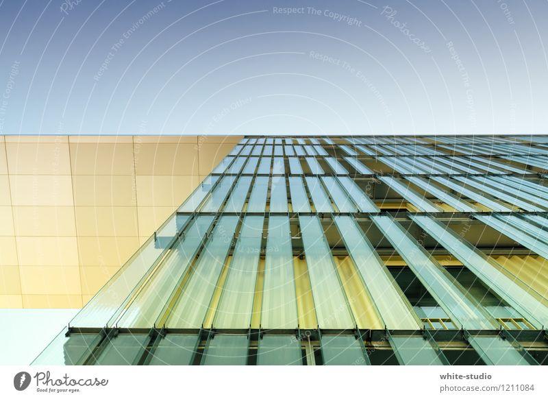 Aufstrebend Hochhaus modern Froschperspektive Bauwerk Architektur Glasscheibe Glasfassade Fassade Stadt Glasbau graphisch Linie Linientreue Perspektive Reichtum