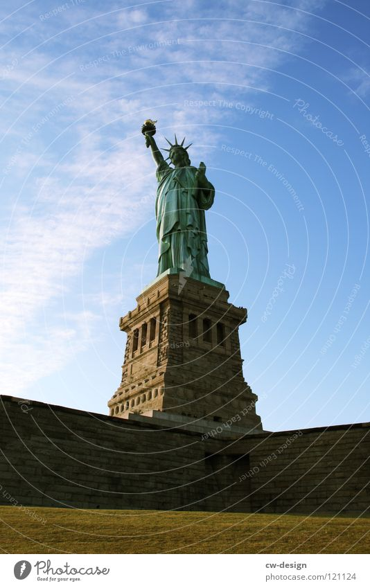 BEDLOE'S ISLAND! Freiheit Denkmal Sehenswürdigkeit New York City Freiheitsstatue Attraktion Sockel Ausflugsziel Vor hellem Hintergrund
