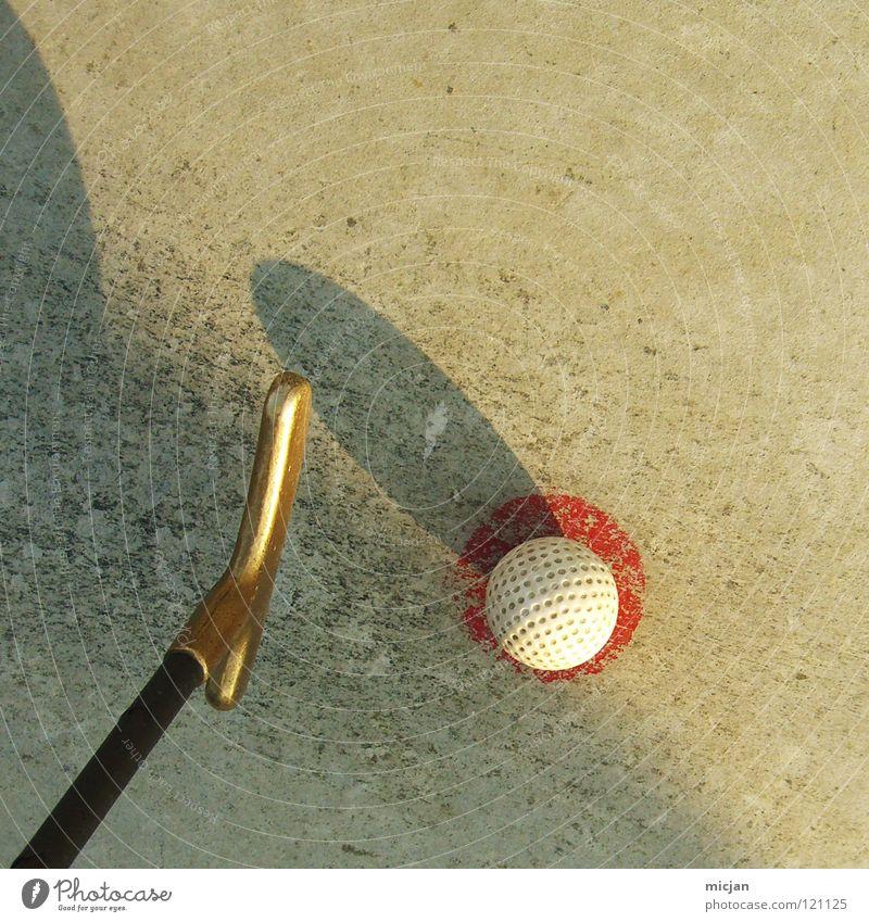 Golfkomet Golfball graphisch rot weiß braun Golfschläger Minigolf niedlich Sommer Abschlag Komet Ball Kugel rund Quadrat dreckig alt Familienausflug verlieren