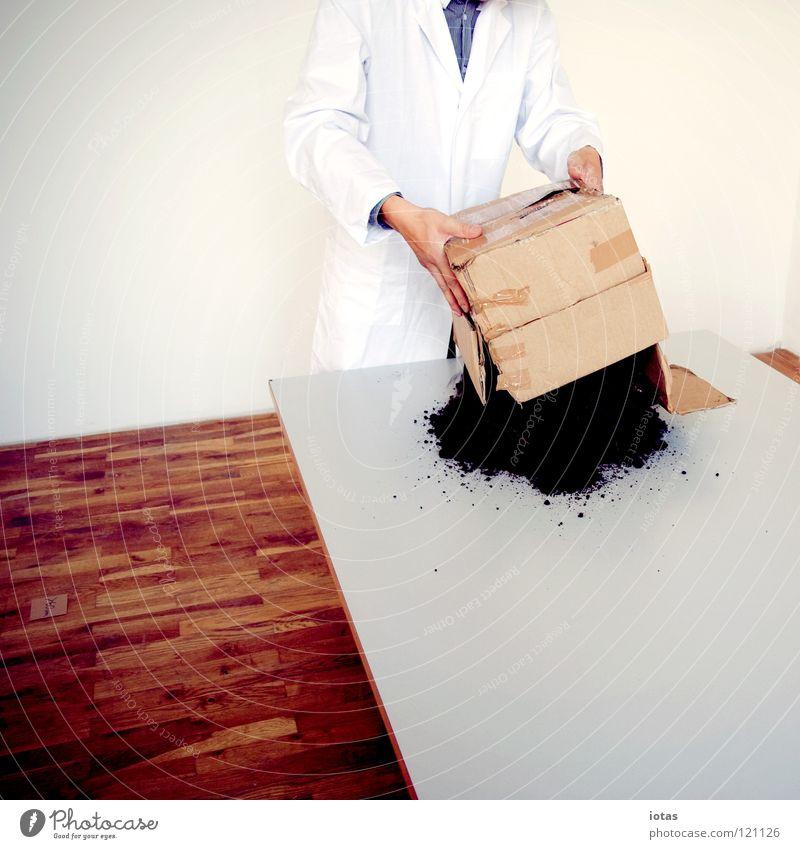 . Mann Erde Tisch Wissenschaften Kiste Labor forschen Tischplatte entladen untersuchen Kittel Arbeitsbekleidung Tischkante