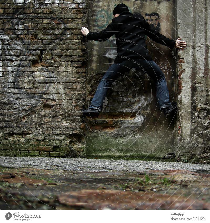 kletterzwang folgt fotozwang Mann Silhouette Dieb Krimineller Ausbruch Flucht umfallen Fenster Parkhaus Geometrie Gegenlicht Jacke Mantel Mütze Thriller