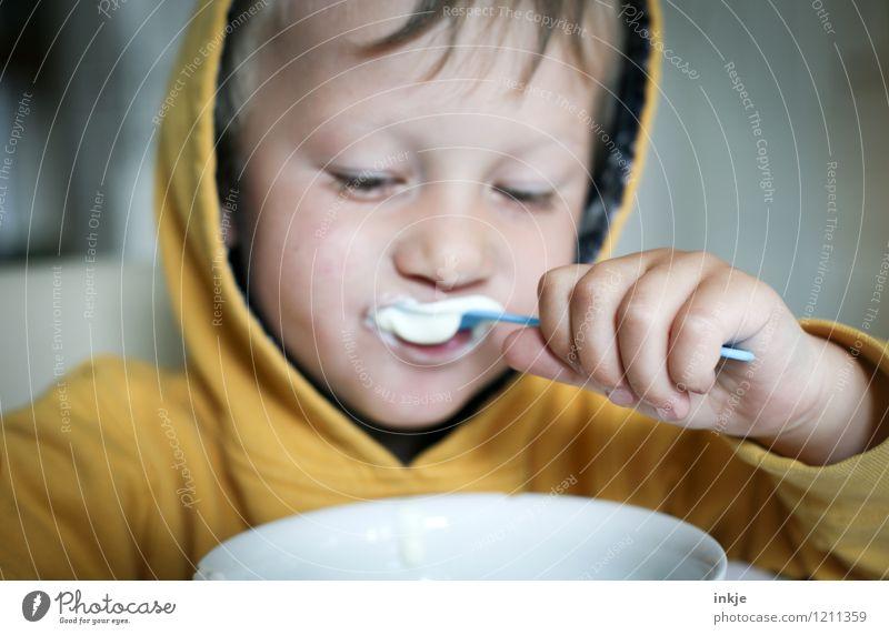 Frühstück Joghurt Ernährung Essen Schalen & Schüsseln Löffel Lifestyle Kind Kleinkind Junge Kindheit Leben Gesicht Hand 1 Mensch 1-3 Jahre Kapuze frisch