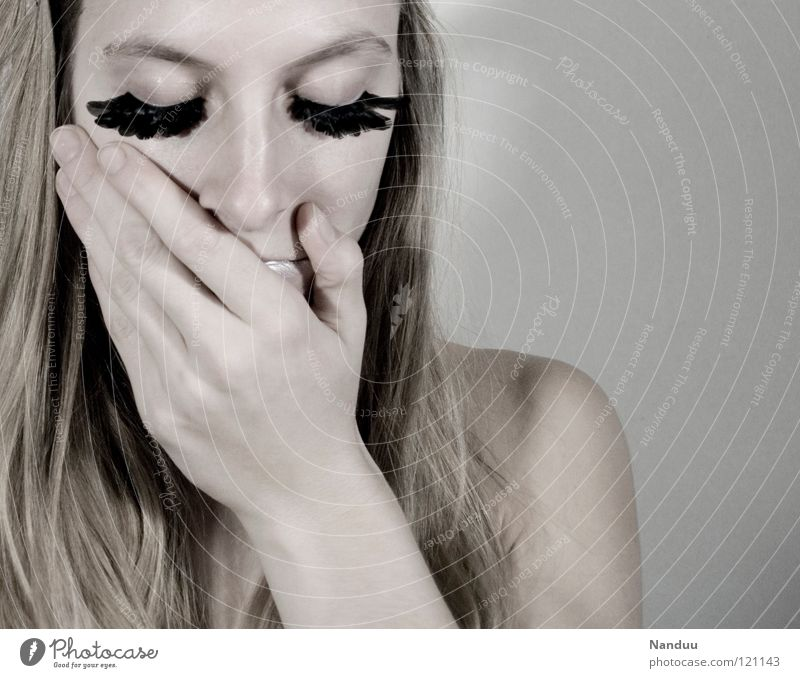 Entscheidungsfindung Porträt Glamour Denken Trauer trist schön zerbrechlich zart bleich weiß Wimpern Kosmetik gefiedert Winter Hand Frau verwundbar perfekt
