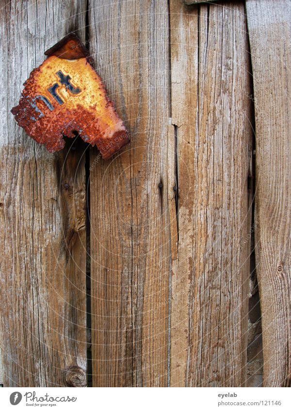 Hat sich ausgefahrt Typographie Rost Rest kaputt alt desolat verfallen Holz Hütte Wand Holzwand Scheune Holzbrett Pferch Einfahrt Durchgang geschlossen offen