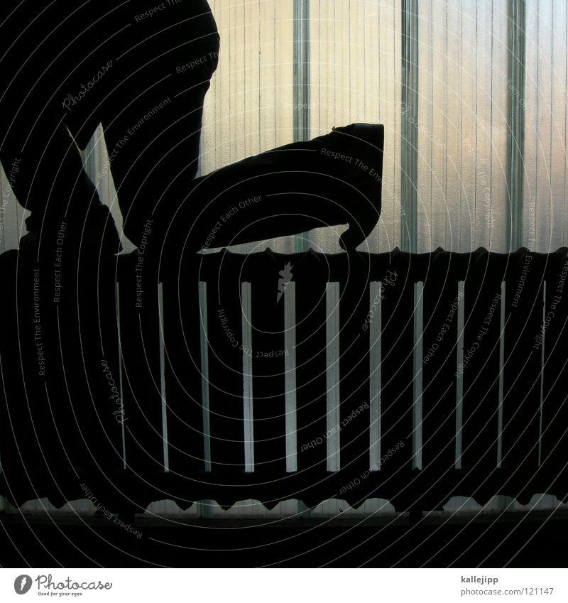 heiz-körper Heizkörper heizen Knie Mann Silhouette Fenster Parkhaus Licht Gegenlicht Jacke Mantel Mütze Handschuhe ausbreiten Astronaut Zukunft Kragen Held