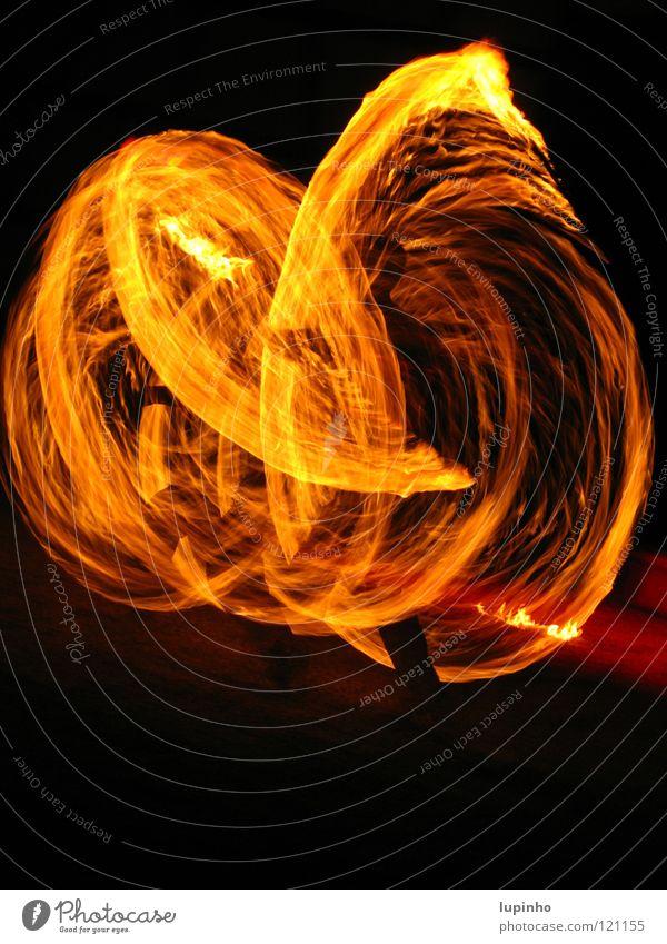 Feuerkunst heiß Feuerschlucker Mut Geschwindigkeit Nacht dunkel geheimnisvoll Kunst Zauberei u. Magie faszinierend Außenaufnahme Langzeitbelichtung Brand Freude