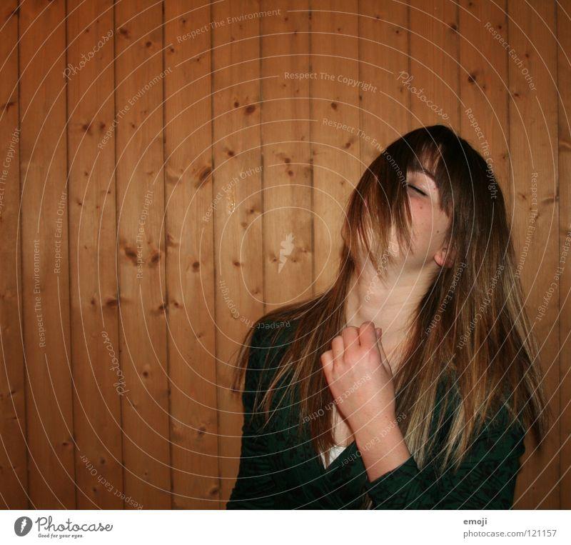 x Frau Jugendliche rocken Party authentisch Holzwand Luft Brise schön süß Beautyfotografie genießen Gute Laune Bewegung Friseur Kopfschütteln Angst drehen