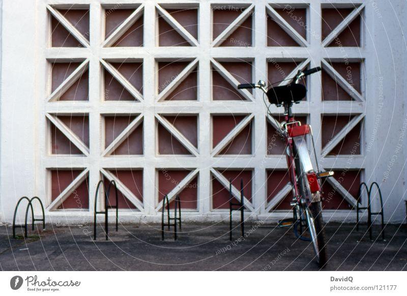 Auf Kaffee und Kuchen Gast Fahrradständer angeschlossen Asphalt Bürgersteig Plattenbau Wohnung Haus Mieter Etage Stock Beton Fassade mehrstöckig Lebensraum