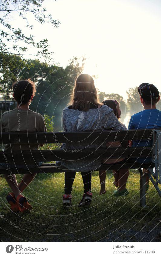 zusammen ist man weniger allein maskulin feminin Mädchen Junge Kindheit 4 Mensch 3-8 Jahre 8-13 Jahre Baum Wiese Seeufer Erholung Blick sitzen blau grün ruhig