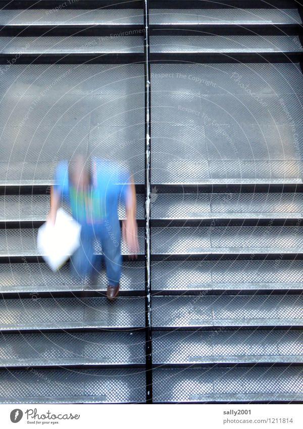 Rushhour... Mensch Junger Mann Jugendliche 1 Treppe Treppengeländer Bewegung rennen Geschwindigkeit sportlich unten blau Leben Stress anstrengen